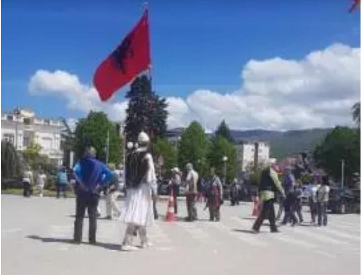 Со албански знамиња се шетаа луѓе низ охридската чаршија облечени во албански национални обележја