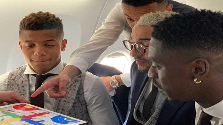 """Играчите на Ајакс во авион си играат """"Не лути се човеку"""""""