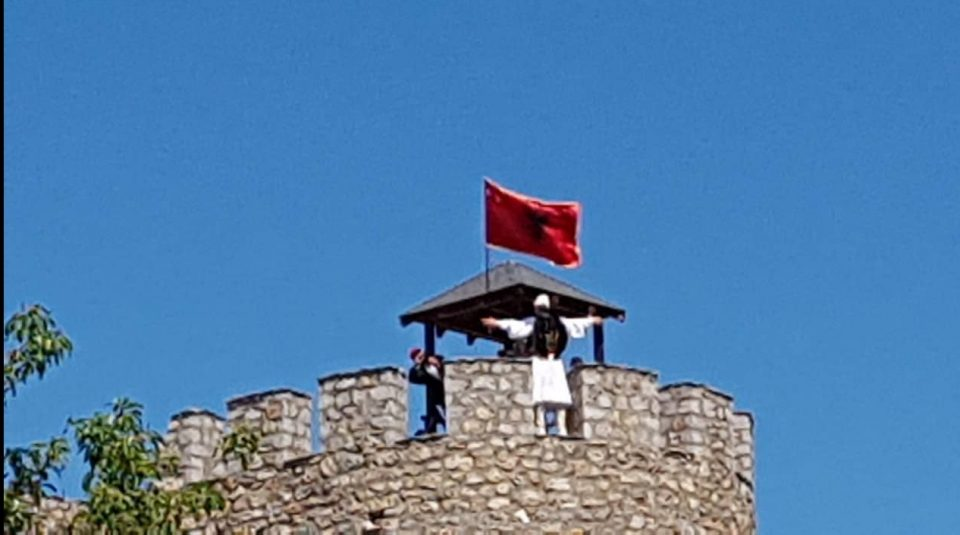 Османи: Нема ништо спорно во албанското знаме на Самоиловата тврдина