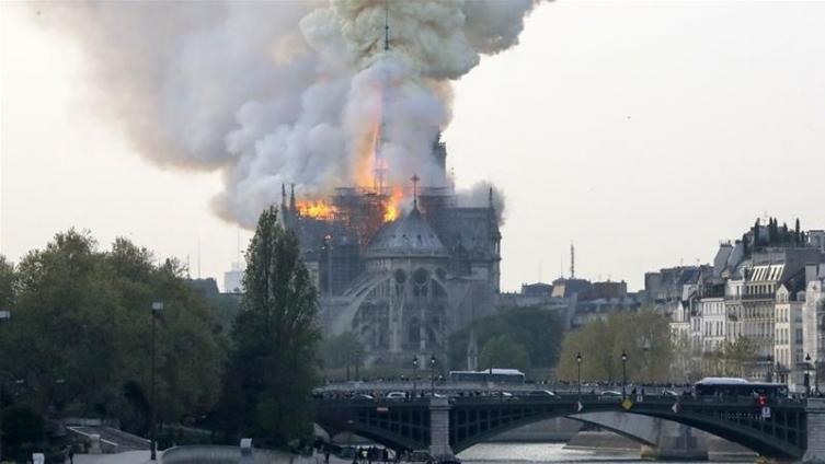 Светот во дилема: Кој е човекот кој се шета додека Катедралата гори?
