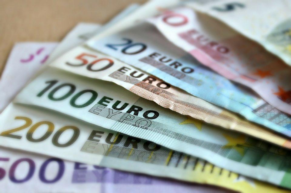 Евра летаа на сите страни, банкомат исфрли илјадници на улица