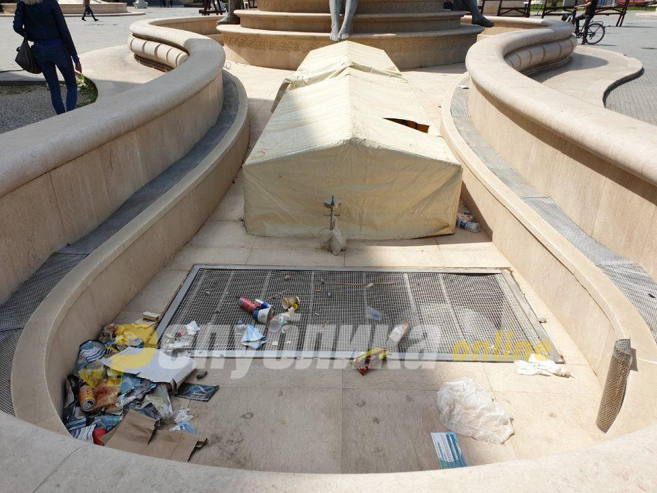 Туристите во Скопје пречекани со фонтани кои служат како корпи за отпадоци