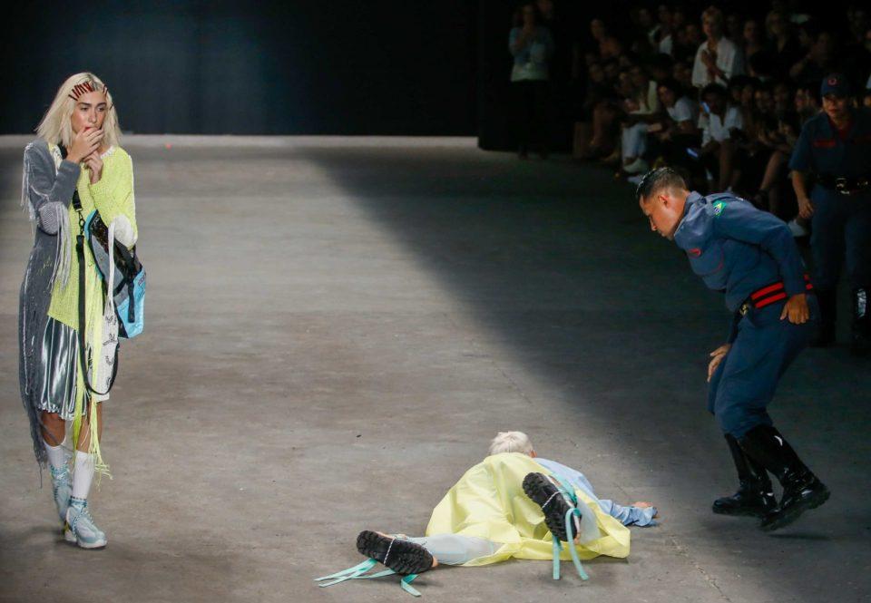 Манекен се сопнал од врвките на обувките и починал на среде писта