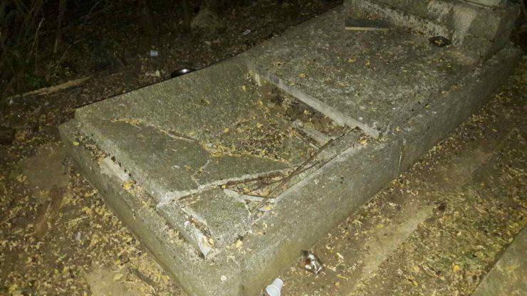 Оштетени неколку надгробни споменици