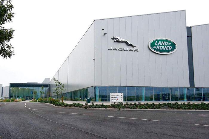 Автомобилскиот гигант Јагуар ги затвора фабриките и отпушта работници