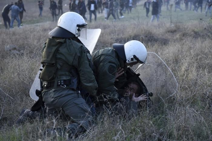 Мигранти се собираат кај Солун за да тргнат на север, судири со грчката полиција