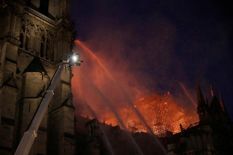 """Нотр Дам """"спасен од тотално уништување"""", пожарникар сериозно повреден"""