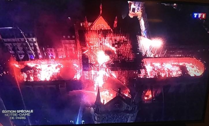 Поглед од горе на пожарот во Нотр Дам