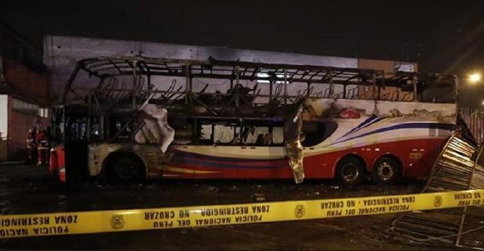 Најмалку 20 луѓе загинаа во запален автобус