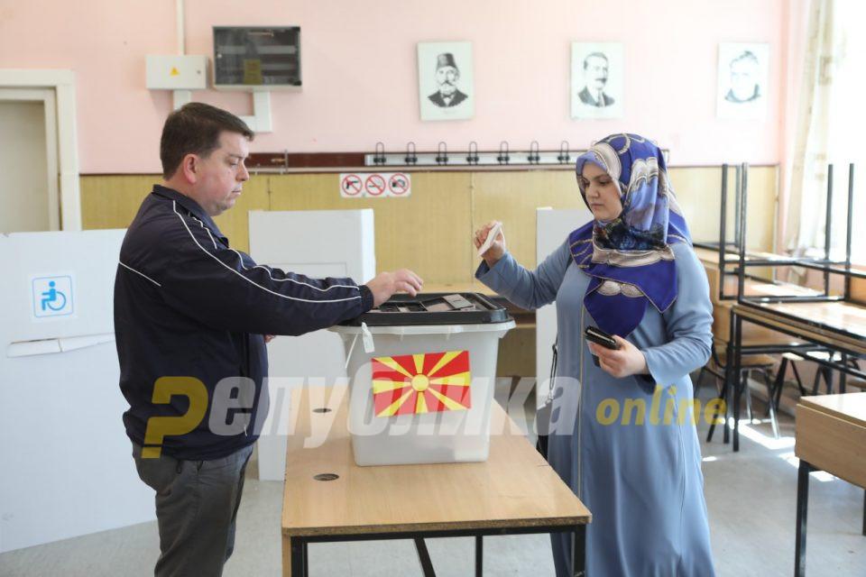 Влегувал по куќи и делел пари за гласање, симпатизери на политчка партија иритирале гласачи (3)
