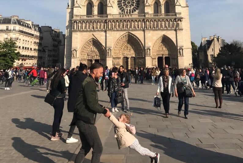 Цел свет ги бараше: Пронајдени таткото и ќерката од фотографијата пред Нотр Дам