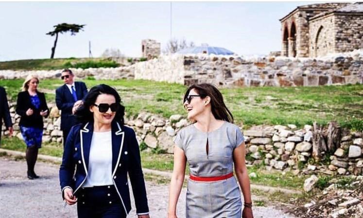 Сопругите на Заев и Ципрас се шетаа на скопското Кале