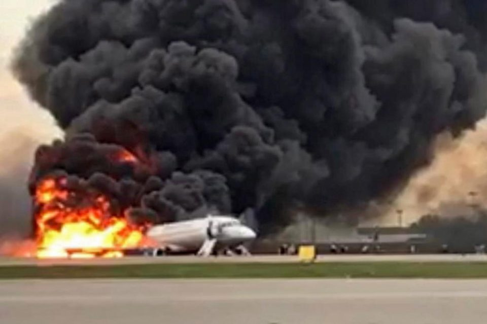 Стравотното слетување на запалениот авион – морничави снимки од внатрешноста