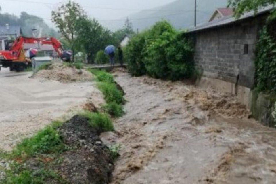 Шестгодишно дете паднало во надојдената река во БиХ, мајката скокнала по него