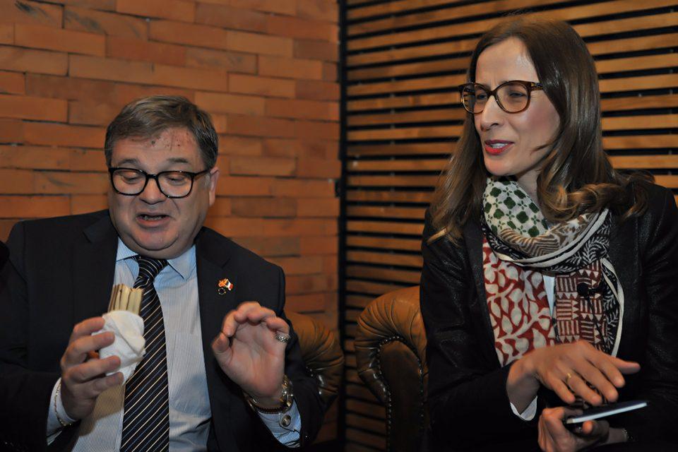Францускиот амбасадор Кристијан Тимоние воодушевен од вкусот на француските еклери во Скопје