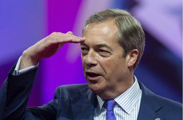 Британскиот политичар Најџел Фараж погоден со милкшејк на улица