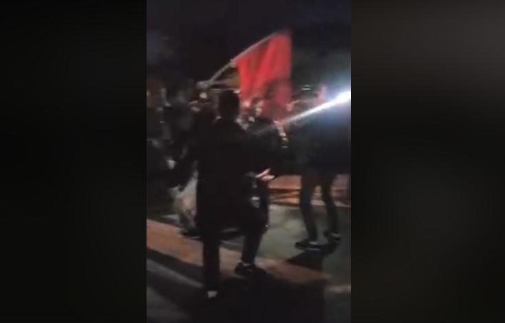 Албанско знаме, македонско оро: Пред СДСМ зурли и тапани за Стево