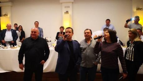 Ивица Дачиќ запеја во Грција, се расположи па скрши и чинија