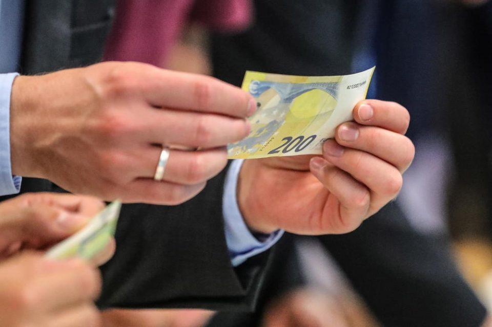 Ова се новите банкноти од 100 и 200 евра: Од 28 мај имаат нов дизајн, а еве дали ќе треба да се менуваат