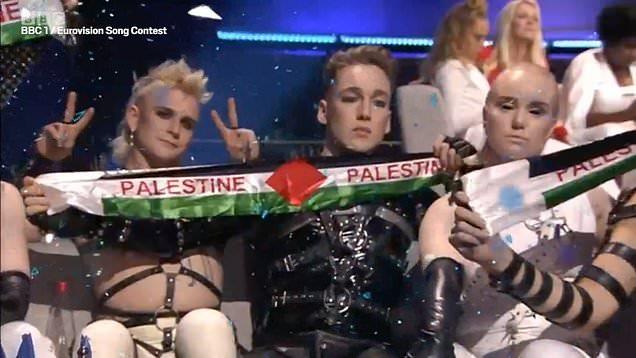 Исланѓаните среде Израел го извадија знамето на Палестина