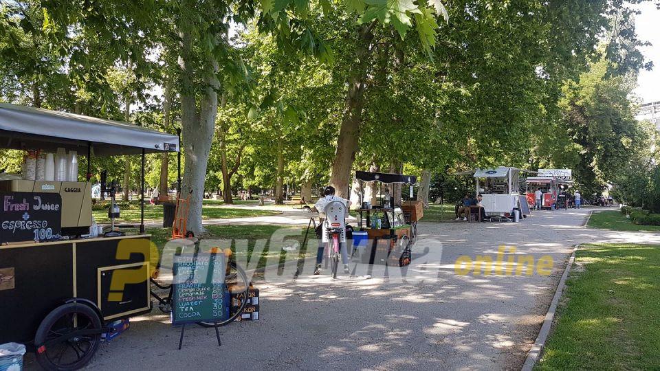 Скопјани сред бел ден во Градски парк фатени со марихуана