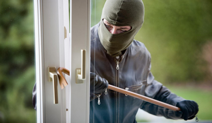 Разбојник ја удрил, ја фрлил на земја и го украл лаптопот: Штипјанка нападната во сопствениот дом