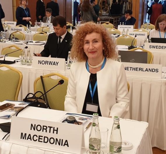 Психолог се претставува како доктор: Сопругата на државниот секретар на конференција на СЗО