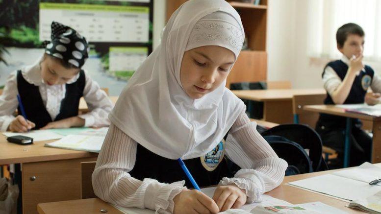 Австрија забрани носење марами во основните училишта