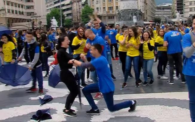 """Запросување на """"Матурската парда"""" – момче клекна пред својата девојка"""