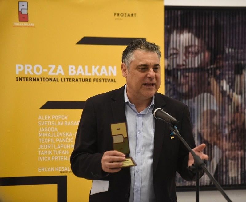 """Алек Попов ја прими наградата """"Прозарт"""": На Балканот не можеме да опстанеме без хумор и иронија"""