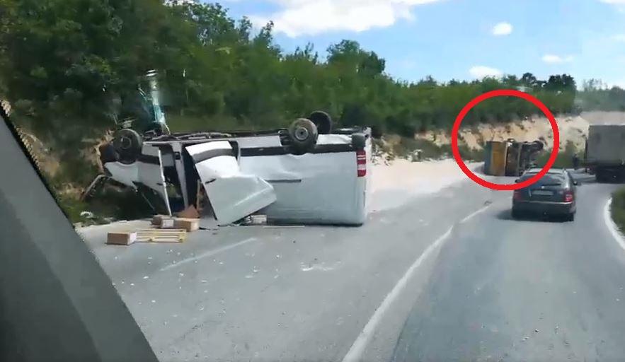 Тешка сообраќајка на превојот Плетвар, превртени се камион и комбе