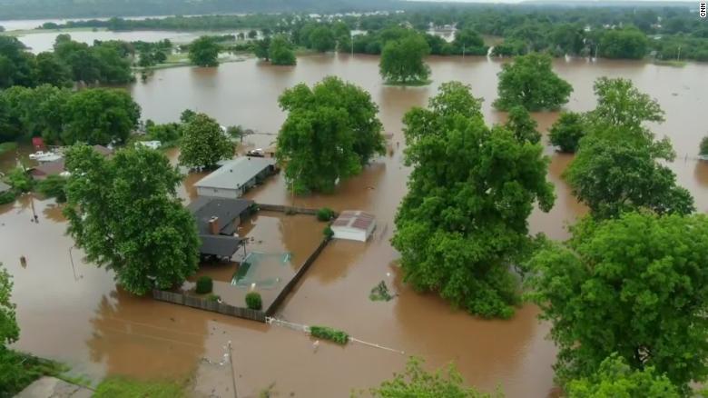 Најмалку шест лица загинаа во големите поплави и невреме во САД