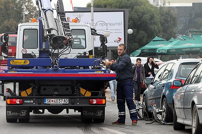"""За една недела """"пајакот"""" во Скопје подигнал 215 возила од јавните површини"""