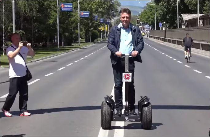 """Шилегов на фејсбук се пофали дека знае да вози """"сегвеј"""""""