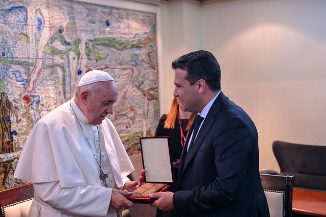 Заев на Папата му подари реплика од теракотна икона од Виничко кале