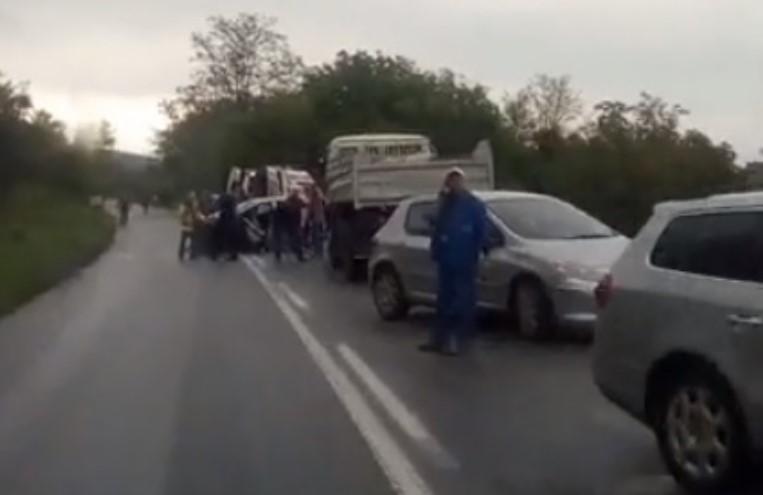 Пожарникари извлекуваа повреден возач од превртено возило на патот Тетово-Јажинце