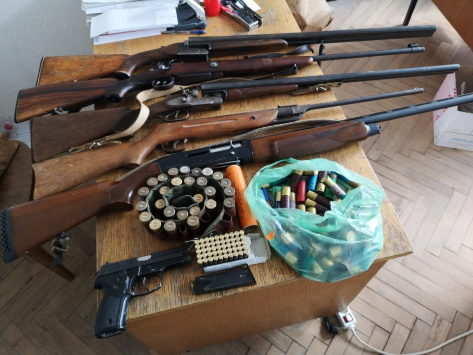Полицијата денеска му влегла дома: На битолчанец му нашле цел арсенал оружје