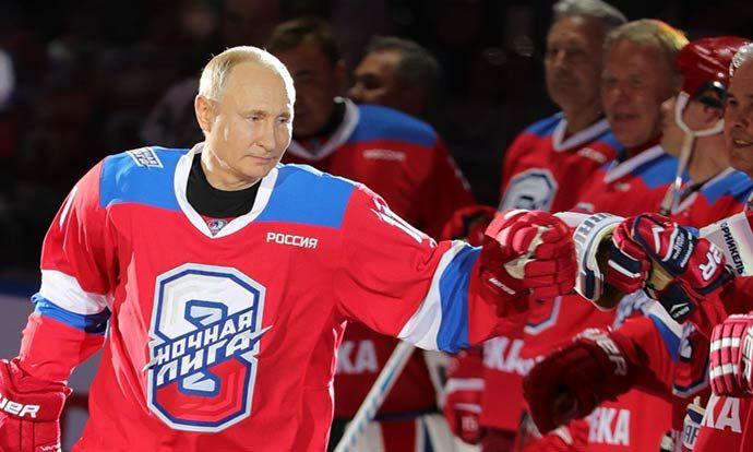 Путин играше хокеј, па се испружи на мразот