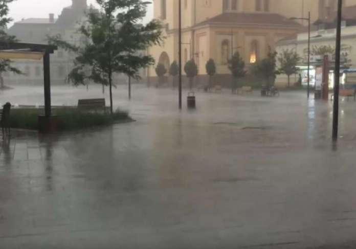 Силен дожд и град со големина на лешник ја погоди Србија