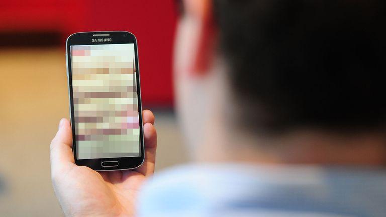 Кривична за тинејџер од беровско: Девојче му испратило голи слики, тој ги покажувал на другарите