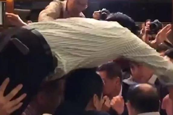 Видео од тепачката во парламентот, неколку пратеници повредени