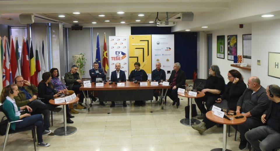 """Трибина на """"Про-За Балкан"""": Писателите, уметниците, интелектуалците треба да размислуваат политички, а не политикантски"""