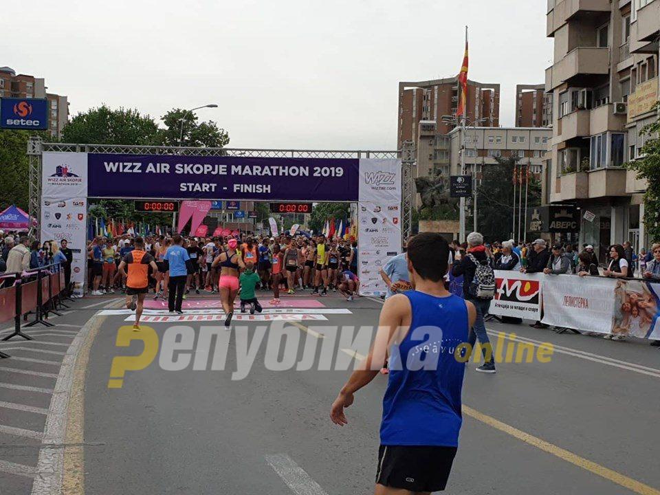 Се трча на скопските улици: Во тек е 15 јубилеен Виз Ер Скопски маратон