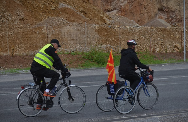 Mомчето со церебрална парализа, по седум дена возење со трицикл низ Македонија, пристигнува во Охрид