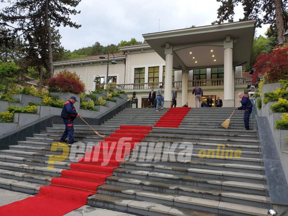 Пендаровски им измери температура на новинарите пред влезот во Вила Водно