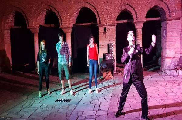 """""""Вдиши театар"""" почна со претставата """"Домино"""" во предворјето на црквата """"Св. Софија"""""""