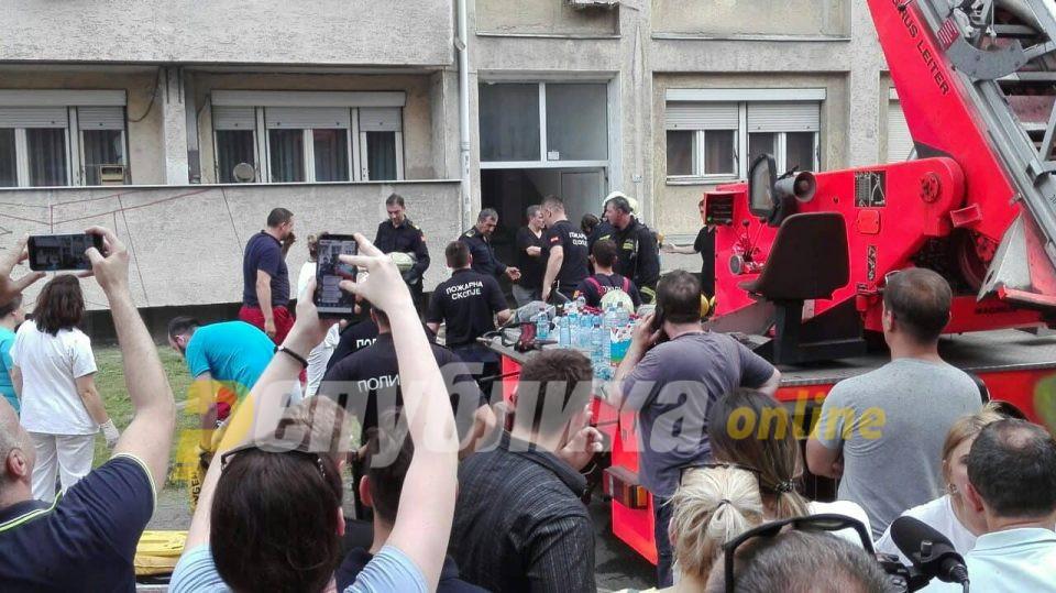 Почна евакуација на станарите на опожарената зграда: Извлечено е девојче