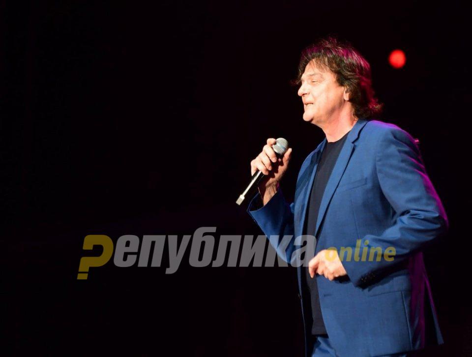 Три и пол часа публиката уживаше во музичкиот времеплов со Здравко Чолиќ