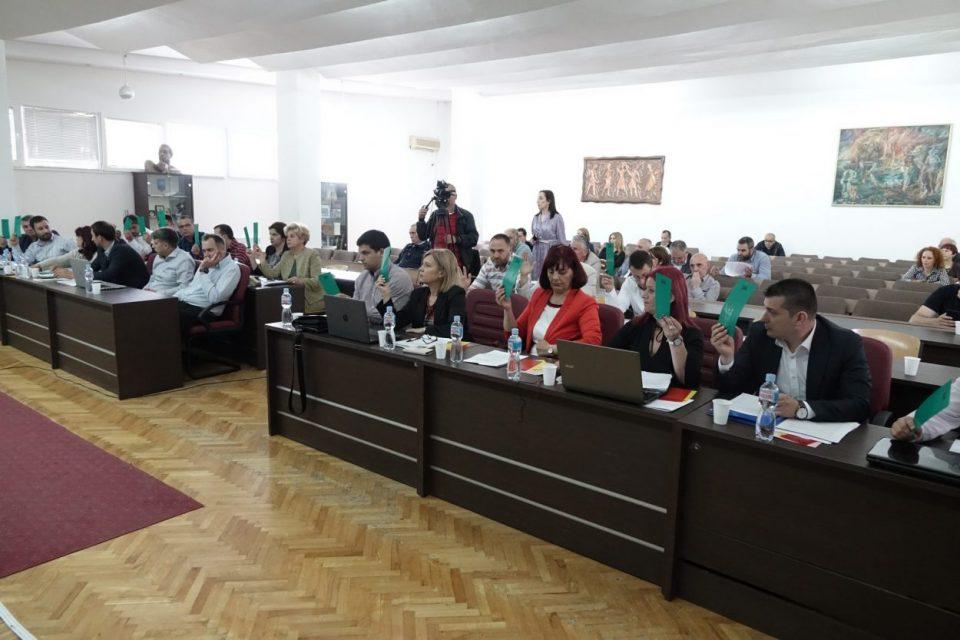 Физичка пресметка во Советот на Општина Охрид: Нефи Усеини од ДУИ го нападнал Џемаил Мена од БЕСА