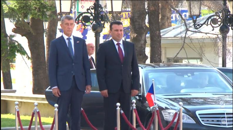 Бабиш пристигна во Владата со мерцедесот со излижани гуми